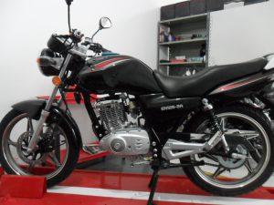 Suzuki_EN_125_2A_en_el_concesionario_(2)