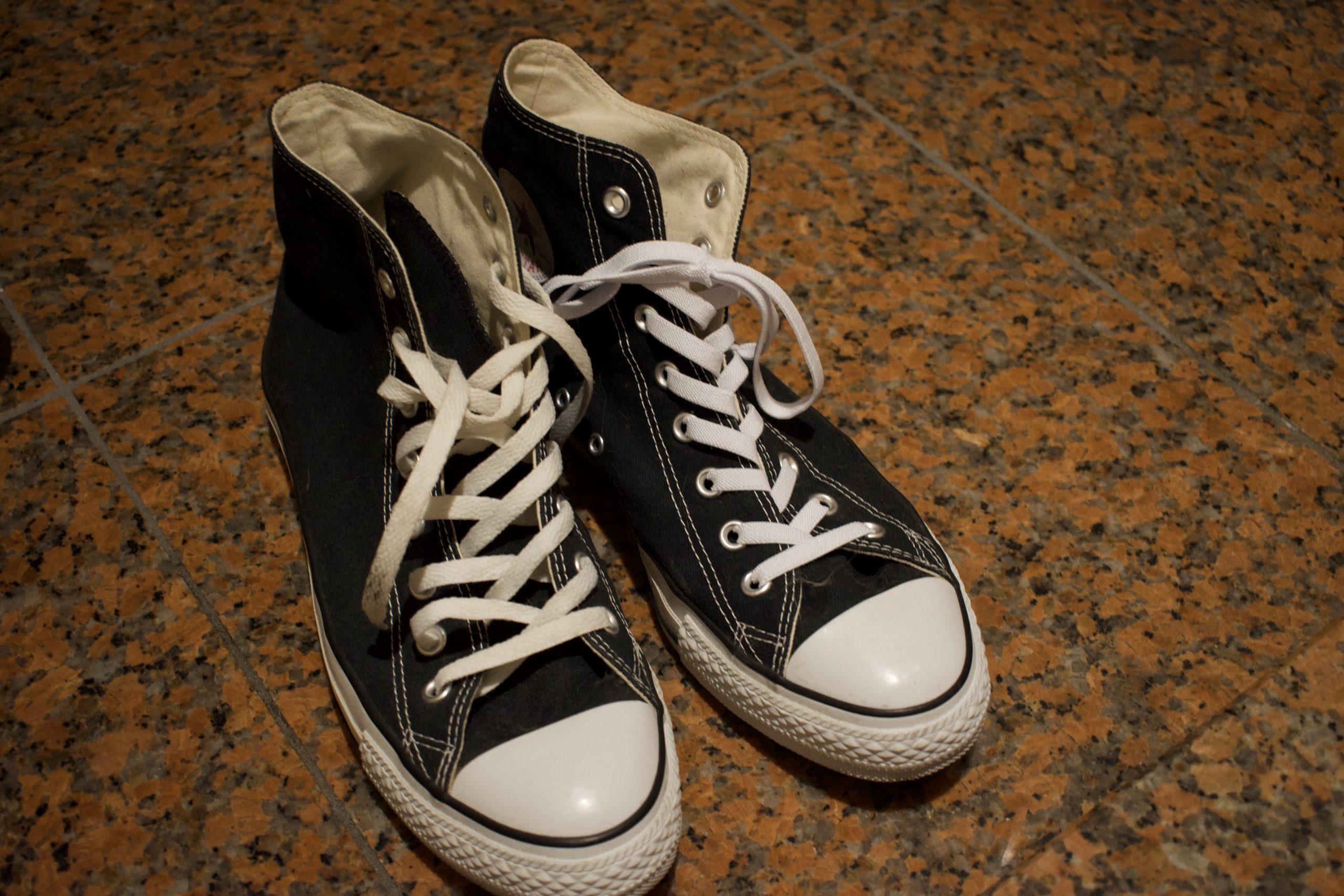 コンバースのハイカットに伸びる靴紐が相性抜群だった【世紀の大発明】
