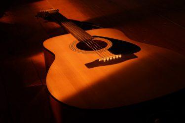 ギターを愛する大切な方への贈り物に… 木製オブジェメモリアルギターのご紹介